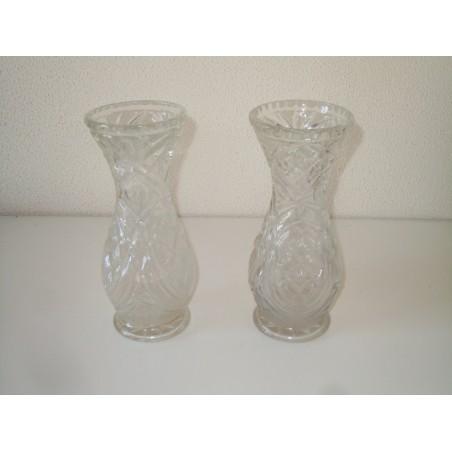 Coppia di vecchi vasi in vetro con decoro in bassorilievo modernariato