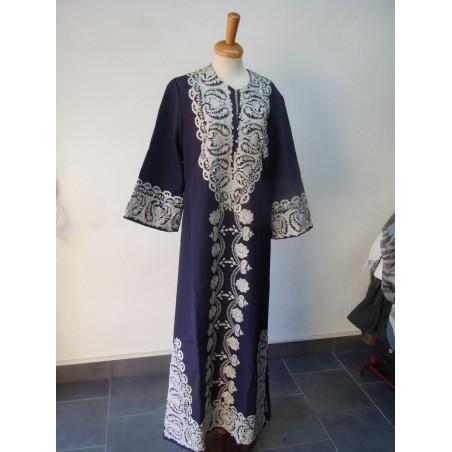 Abito arabo da donna in tessuto blu con ricamo a tramatura